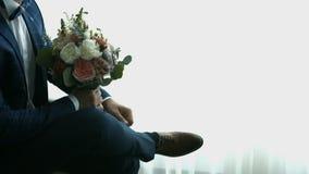 Groom с букетом цветков акции видеоматериалы