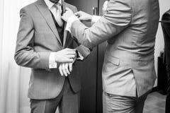 Groom с заверителями свадьбы получает готовым для свадьбы Стоковая Фотография RF