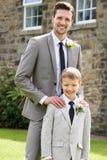 Groom с мальчиком страницы на свадьбе Стоковая Фотография