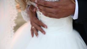 Groom штрихует конец-вверх талии ` s невесты Очень sunburnt руки видеоматериал