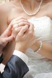 Groom держит руку невесты Стоковое Фото