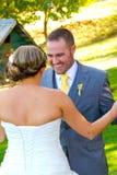 Взгляд Groom невесты первый Стоковая Фотография
