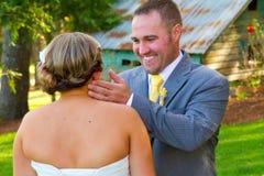 Взгляд Groom невесты первый Стоковое Фото