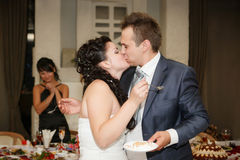 Невеста подает свадебный пирог к groom Стоковое Изображение RF