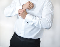 Человек носит запонки для манжет на рукаве рубашки Groom кладя на запонки для манжет по мере того как он получает одетым в официа Стоковая Фотография RF