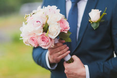 The groom with a bouquet Royalty Free Stock Photography