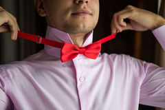 Groom in a pink shirt on the morning of the wedding day. Royalty Free Stock Photography