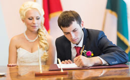 Groom sign up marriage certificate Royalty Free Stock Photos
