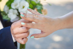 Groom wears bride a wedding ring on the finger Royalty Free Stock Photography