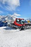 Groomer de la nieve en las montañas Imagenes de archivo
