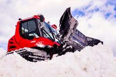 Groomer rojo de la nieve que trabaja en nieve Fotografía de archivo