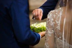 Groomsman donne l'anneau à son marié Concept de mariage et de lune de miel Jour du mariage foyer en main et anneau images stock