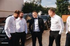 Groomsman passent le temps avec le marié à l'arrière-cour Les types rient et avoir l'amusement images stock