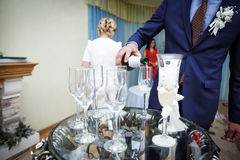 Groomsman verse le champagne en verres image stock