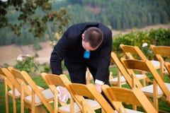 Groomsmen, die Hochzeits-Stühle trocknen lizenzfreies stockfoto