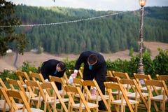 Groomsmen, die Hochzeits-Stühle trocknen stockfotos