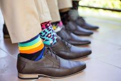 Groomsmen, die Socken heiraten stockbild