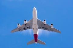 Groot A380 lijnvliegtuig en blauwe hemel Royalty-vrije Stock Foto's