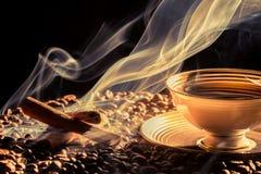 Groot aroma van koffie van weinig kop royalty-vrije stock afbeelding
