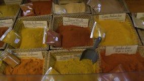 Groot assortiment van diverse specerijen, kruiden en kruiden bij etnische winkel, markt stock video