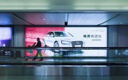 Groot Audi die in Peking Hoofd Internationale Luchthaven, China adverteren Stock Foto