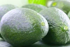 Groot avocadobeeld in macro dichte omhooggaande mening Rijpe Avocado Stock Afbeeldingen