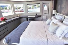 Groot bed binnen boot met hoofdkussens en drie vensters en kleine deur royalty-vrije stock foto's