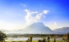Groot berg en padieveld, Thailand Stock Afbeeldingen