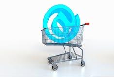 Groot blauw @ symbool in boodschappenwagentje op witte achtergrond Online s Royalty-vrije Stock Afbeeldingen