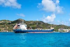 Groot blauw vrachtschip in Franse eilandbaai, Heilige lemy Barthï ¿ ½ Royalty-vrije Stock Foto's