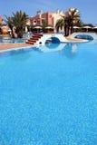 Groot, blauw zwembad in luxueuze Spaanse complex royalty-vrije stock foto