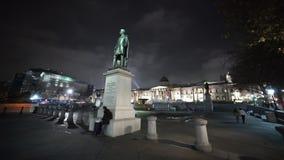 Groot breed de hoek 's nachts schot van Trafalgar Square stock videobeelden