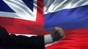 Groot-Brittannië versus de confrontatie van Rusland, vuisten op vlagachtergrond, diplomatie stock video