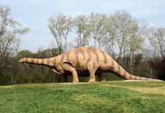 Groot Brontosaurus-Standbeeld die zich bij Grasrijk Park bevinden royalty-vrije stock fotografie