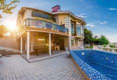 Groot buitenhuis met een zwembad Royalty-vrije Stock Afbeeldingen