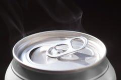 Groot close-up Kan het vers geopende aluminium voor sprankelend bieren drinken stock foto's