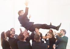 Groot commercieel team die hun leider schommelen Stock Afbeeldingen