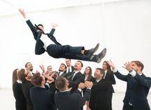 Groot commercieel team die hun leider schommelen Royalty-vrije Stock Foto's