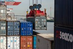 Groot containerschip bij de Container Eindaltenwerder in Hamburg Stock Foto's