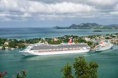 Groot cruiseschip in baai op eilandoverzees, Heilige Lucia Stock Foto