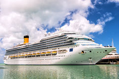 Groot cruiseschip Costa Magica Stock Foto's