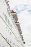 Groot cruiseschip dat in haven wordt gedokt Stock Foto