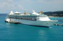 Groot cruiseschip dat wordt bijgetankt stock foto