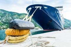 Groot cruiseschip in haven Stock Foto's