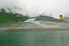 Groot cruiseschip in het westelijke gebied Royalty-vrije Stock Afbeeldingen