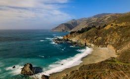 Groot de kustlijn en strand van Sur Californië op mooie dag stock foto's