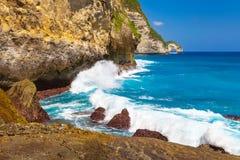 Groot de rotsen tropisch eiland van het schoonheids toneellandschap en oceaangolven Stock Fotografie