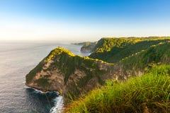 Groot de rotsen tropisch eiland van het schoonheids toneellandschap en oceaangolven Royalty-vrije Stock Fotografie