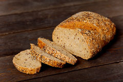 Groot die brood in plakken wordt gesneden Royalty-vrije Stock Afbeelding