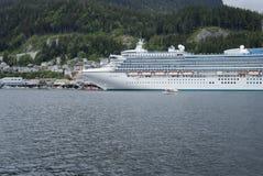 Groot die cruiseschip bij de haven van Ketchikan, Alaska wordt gedokt Stock Afbeeldingen